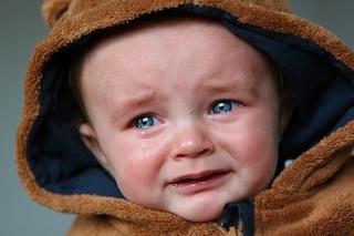 Danni cerebrali e morte: perché scuotere un neonato è pericoloso