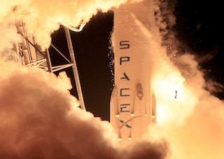 Space X, che delusione: il razzo Falcon 9 atterra ed esplode