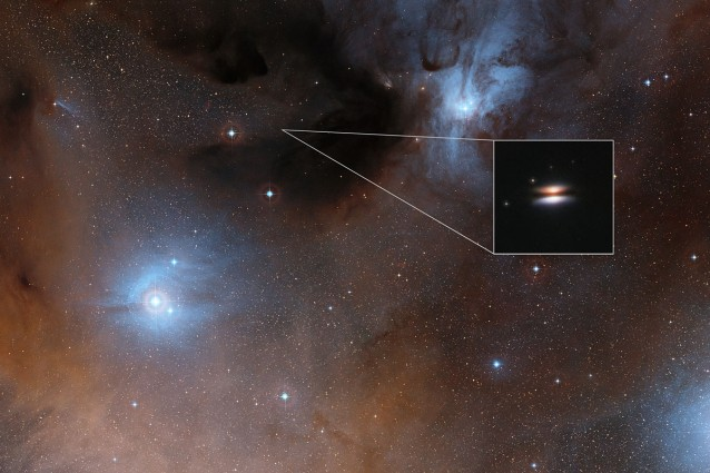 """La regione Rho Ophiuchi e, in evidenza, una veduta infrarossa, molto ingrandita, del """"Disco Volante"""" ottenuta dal telescopio spaziale NASA/ESA Hubble. Crediti: Digitized Sky Survey 2/NASA/ESA"""