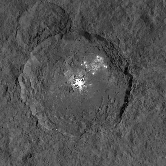 Cratere e macchie in evidenza (Crediti: NASA/JPL–Caltech/UCLA/MPS/DLR/IDA)