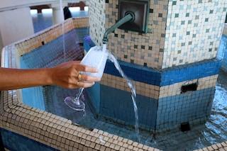 Ridurre il dolore con l'acqua è possibile: bere influenza la nostra percezione