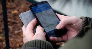 Usare il cellulare indebolisce le mani? Nessuno studio lo dimostra