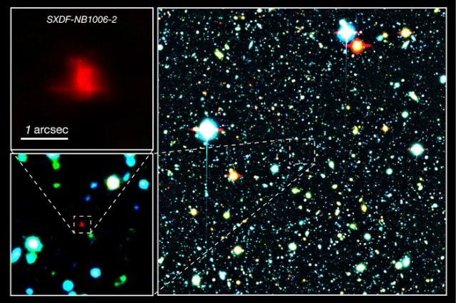 A destra: la galassia rossa al centro dell'immagine è la galassia distante XSDF–NB1006–2. A sinistra: primi piani della galassia distante. Crediti: NAOJ
