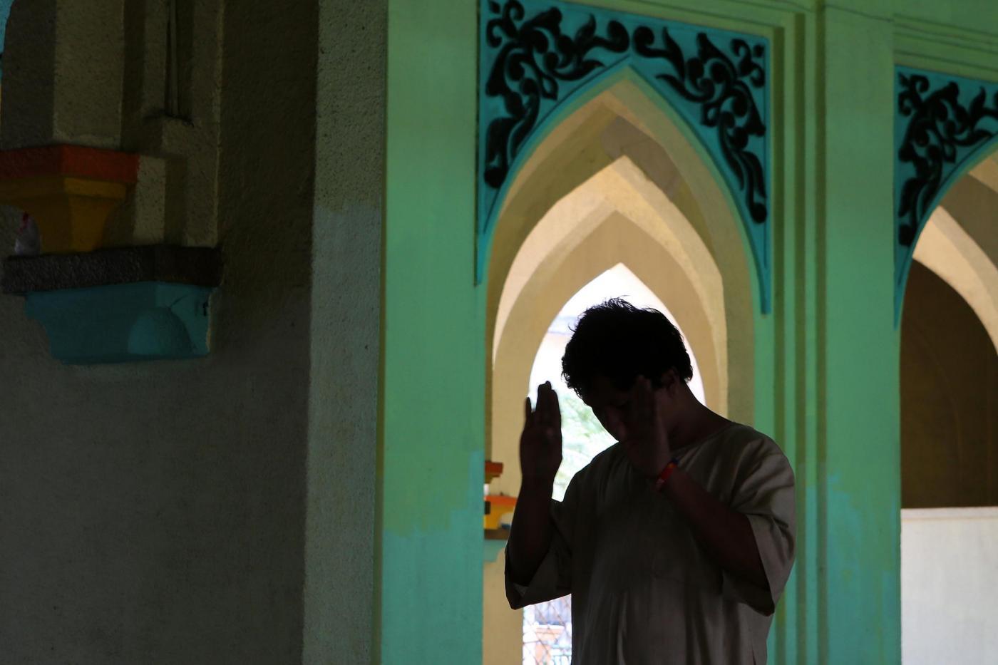 Manila: in moschea, un fedele filippino prega in occasione del primo giorno di Ramadan.