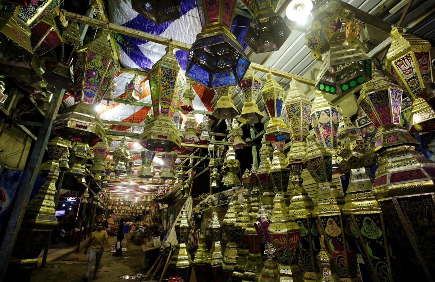 In esposizione la tipica lanterna (fanoos) che abbellisce le strade di città e paesi durante il Ramadan in un mercato de Il Cairo.