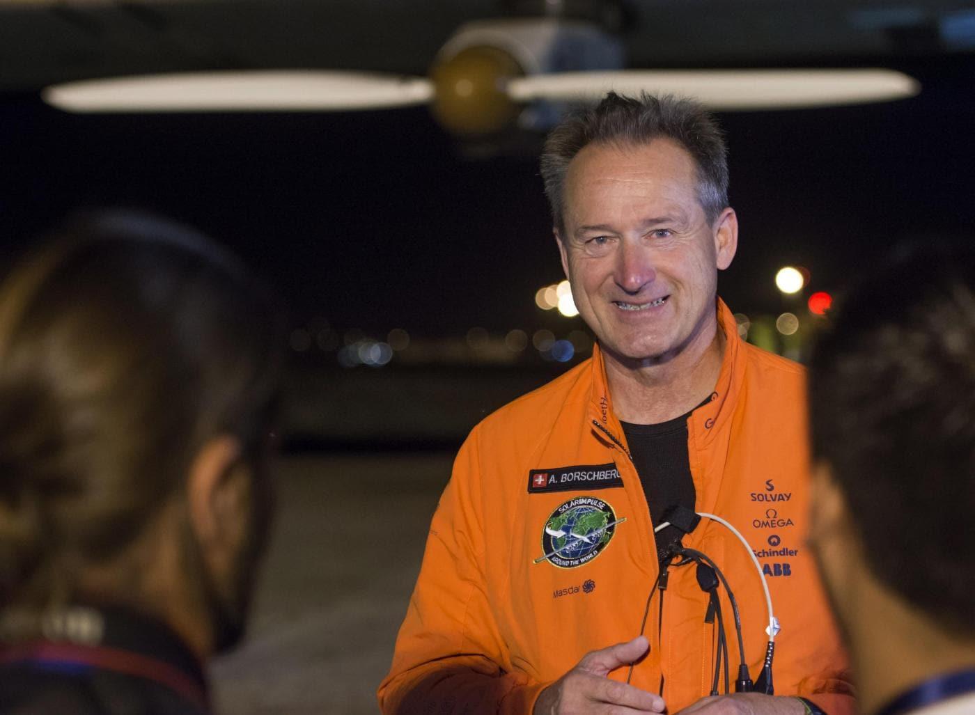 Il pilota Andre Borschberg prima del suo decollo dall'aeroporto di Siviglia dove Solar Impulse 2 era atterrato il 23 giugno dopo aver attraverso l'Oceano Atlantico.