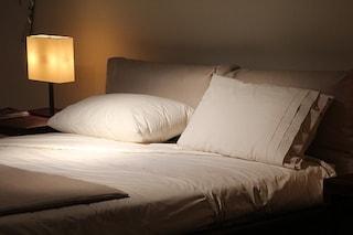 Dormire poco ci fa ingrassare: 385 calorie in più per ogni notte persa