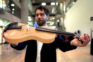 Luca, orgoglio italiano: conquista Londra con il suo super violino in tela di ragno