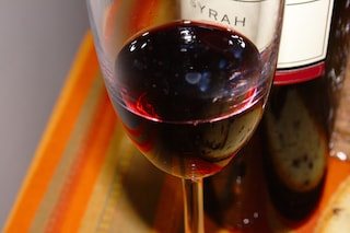 Cinque bufale sul vino rosso a cui crediamo troppo spesso