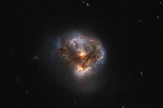 Hubble svela un potentissimo megamaser nello spazio profondo: ecco cos'è