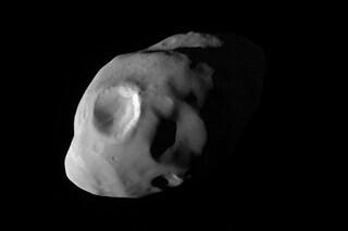 Pandora svelata in uno scatto inedito: ecco com'è la luna di Saturno