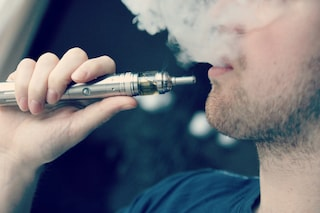 Le sigarette elettroniche fanno male come quelle vere? Non esageriamo