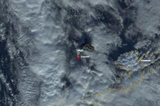 Si scatena il vulcano Bogoslof in Alaska, paura per la nube di cenere alta 10 chilometri