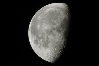 La Luna è 'ghiacciata': trovate enormi quantità di acqua gelata ai poli. Ecco da dove arriva