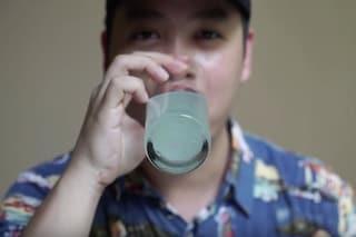 Si scioglie in acqua e si può bere: la plastica del futuro fa bene agli animali