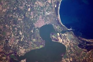 È a forma di anatra ed è in Italia: indovinate dov'è il lago fotografato dallo spazio