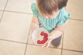 I bambini che possono giocare e sporcarsi con il cibo mangiano volentieri frutta e verdura