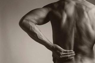 Mal di schiena in ufficio: 5 modi per sconfiggerlo, dalla pallina da tennis allo stretching