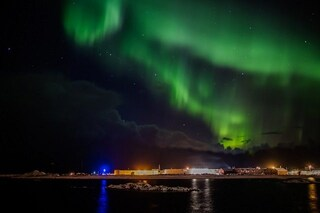Flash di luce colorata invadono il cielo del nord: cos'è l'Aurora Boreale e dove vederla