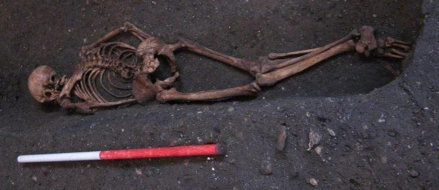 Lo scheletro di Context 958, curiosamente sepolto a faccia in giù