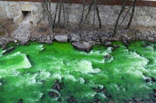 Un fiume verde fosforescente preoccupa la Spagna: la causa sarebbe un colorante