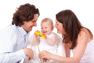 Le mamme si occupano dei figli e puliscono mentre gli uomini si rilassano sul divano