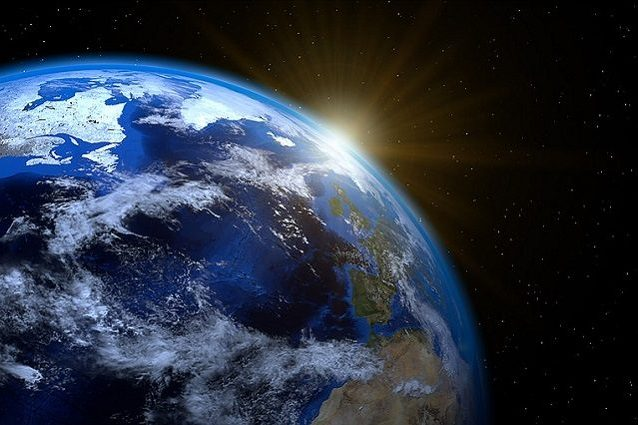 Il sorgere del Sole PIRO4D https://pixabay.com/it/terra–planet–mondo–globo–sun–1990298/