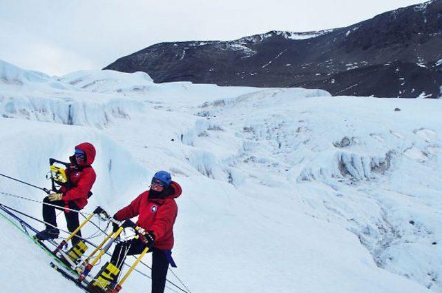 I ricercatori impegnati a mappare il ghiacciaio Taylor: credit Università dell'Alaska Fairbanks