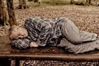 Gli anziani dormono meno e peggio: ecco perché