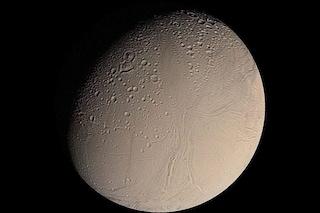 Alieni sulla luna di Saturno: forse vita nell'oceano bollente di Encelado