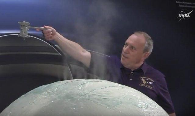 Una dimostrazione della manovra di Cassini su Encelado