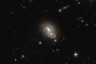 Il telescopio Hubble immortala due galassie che si 'abbracciano' nello spazio