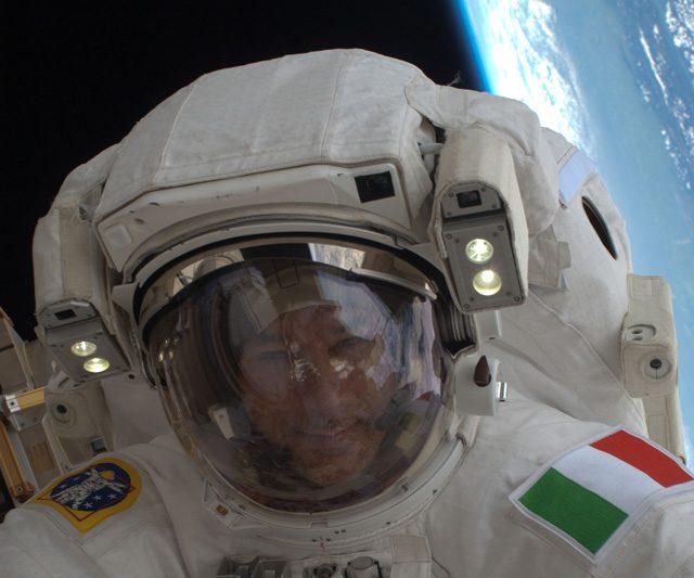 Luca Parmitano durante la sua prima EVA: Foto di NASA