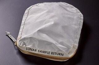 Apollo 11, all'asta una sacchetta con tracce di polvere lunare: la riempì Neil Armstrong