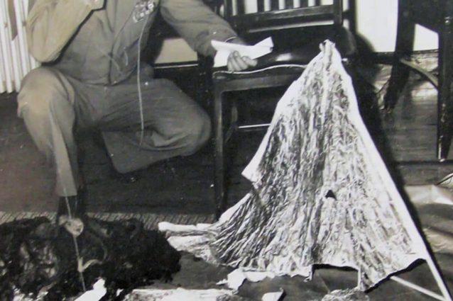 Un particolare dei frammenti rinvenuti a Roswell nel 1947.