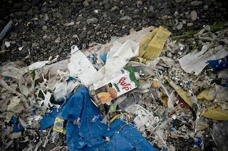 In spiaggia sdraiati sulla spazzatura: in Italia ci sono 670 rifiuti ogni 100 metri