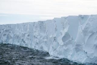 Antartide, sta per staccarsi un colossale iceberg di 300 km quadrati: che rischi corriamo
