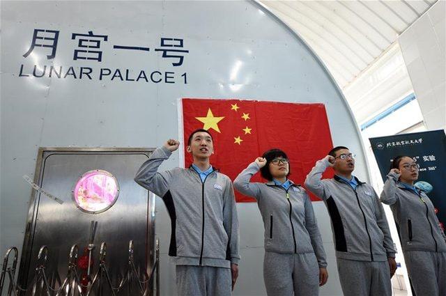 I ragazzi giurano prima di entrare nel Lunar Palace–1