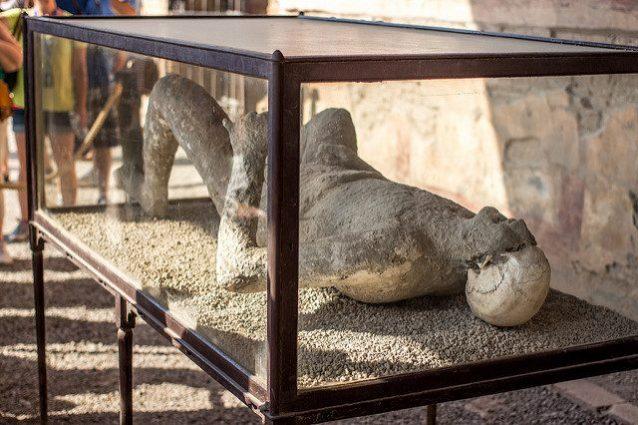 La posa tipica dei corpi ottenuti mediante dei calchi nel sito archeologico di Pompei. Credit: Snopes.