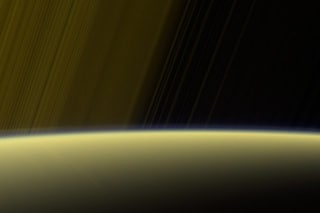 Saturno, nuovi scatti mozzafiato e un mistero: Cassini rileva un campo magnetico anomalo