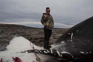 Jessica, 18 anni, ha arpionato e ucciso una balena come vuole la tradizione Inuit