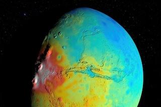 Marte ha una crosta più sottile del previsto: i colori della mappa indicano la densità