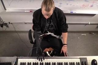 Musicista amputato torna a suonare la tastiera: la mano bionica di Luke Skywalker è realtà