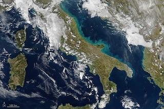 Le coste dell'Adriatico si tingono d'azzurro: cosa si nasconde dietro lo scatto della NASA