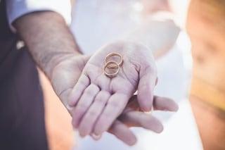 Matrimonio e sessismo: perché cambiare il cognome è una questione di potere