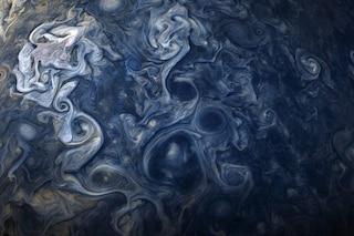 Tempesta di nuvole blu su Giove: lo scatto straordinario del gigante gassoso