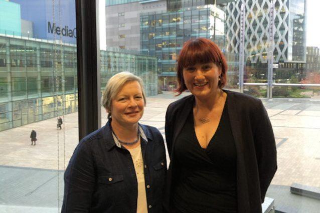 A sinistra Joy Milne, a destra la professoressa Perdita Barran. Credit: Manchester University