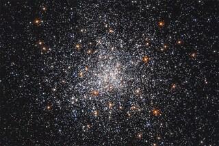Spettacolare scatto natalizio di Hubble: le stelle come la neve in una palla di vetro