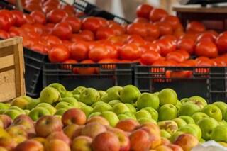 Pomodori e mele proteggono i polmoni dal fumo: ecco quanti mangiarne