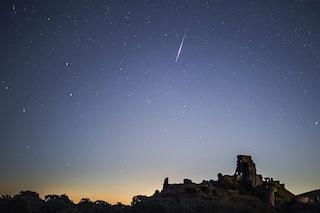 Occhi al cielo, stelle cadenti esplosive e colorate e congiunzioni astrali: ecco quando
